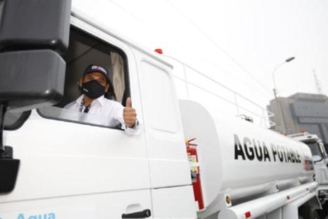 Trece camiones cisterna se dirigen a ocho regiones para distribuir agua potable