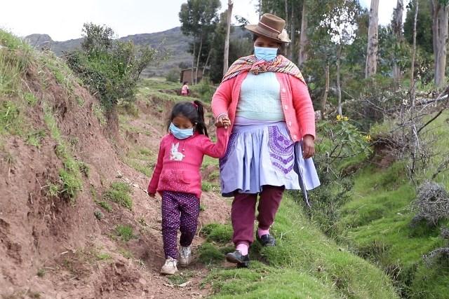 Madre ejemplar: Agricultora camina cada día por una trocha hasta el Tambo Lindapampa para acceder a las clases virtuales de su hija en Huancavelica