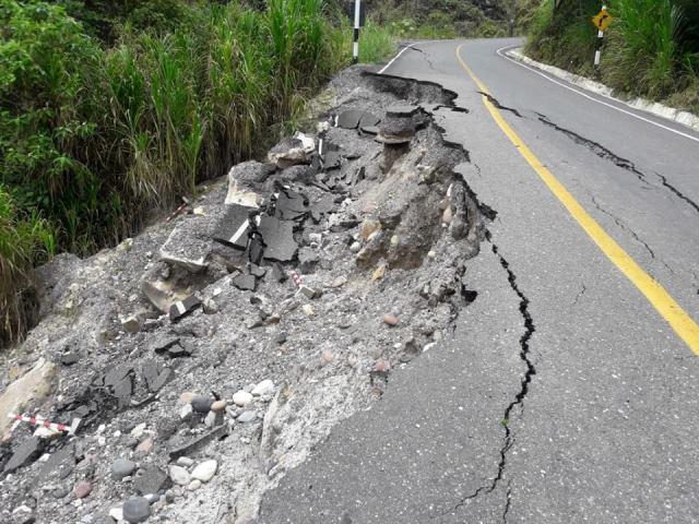 Carretera de empresa CASA se cae en varios tramos