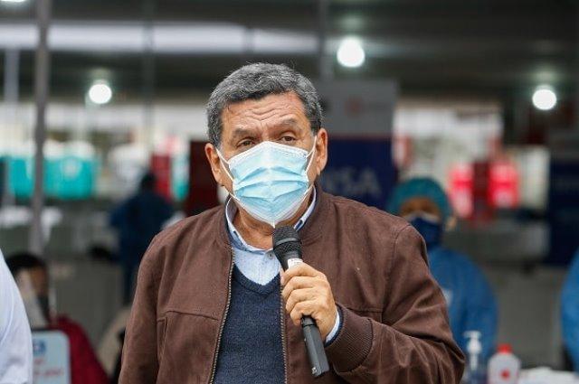 Ministro Cevallos quiere dar bonos solo a vacunados