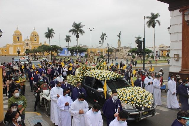 Corpus Christi recorre las 7 iglesias del centro histórico y lleva bendición, consuelo y esperanza a familias
