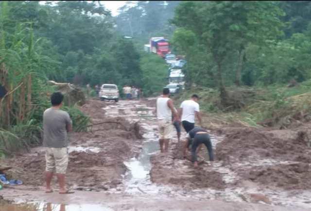 Carretera del IV Eje Vial, se cae a pedazos y autoridades no hacen nada por culminar la obra