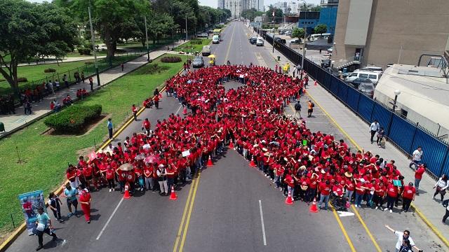 Más de mil personas formaron el lazo humano más grande del Perú para promover la prevención del VIH/SIDA