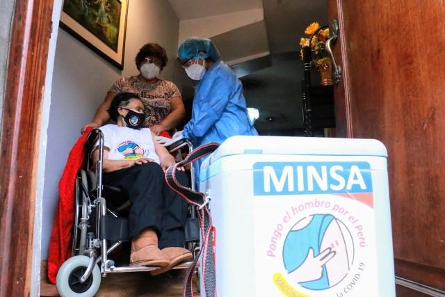 Diris Lima Este vacuna a domicilio a más de 250 adultos mayores de 80 años con dificultad para movilizarse