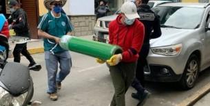 ¡Ejemplar! Sacerdote cajamarquino lleva oxígeno a viviendas de pacientes covid-19