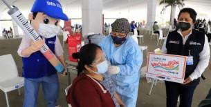 Gobierno autoriza al SIS transferir recursos para contratar personal de vacunación contra la COVID-19